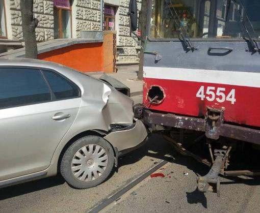 В Харькове столкнулись трамвай и две машины