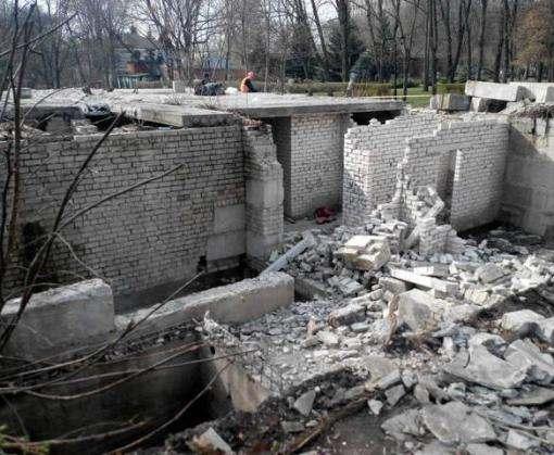 В харьковском саду Шевченко разваливают постройку