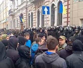 В полиции прокомментировали столкновения у «Сбербанка»: видео