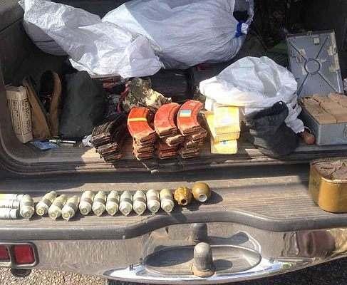 В Харьковской области задержали автомобиль с оружием и боеприпасами