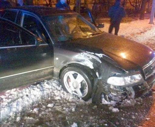 В Харькове пьяный водитель сбил дерево