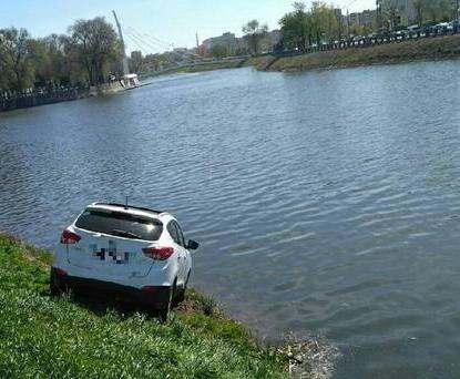 В Харькове автомобиль Hyundai «завис» над рекой