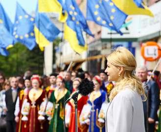 Решение Совета ЕС о безвизе отметили поднятием флагов