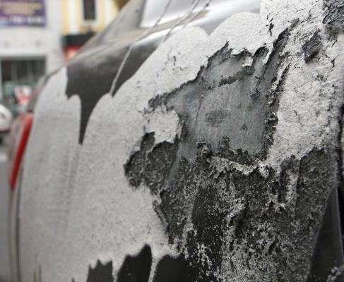 В центре Харькова неизвестной жидкостью облили автомобиль