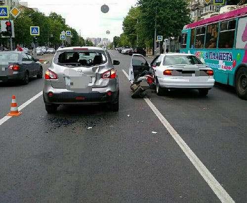 ДТП в Харькове: пьяный на мотоцикле влетел сразу в две машины