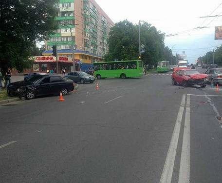 ДТП в Харькове: на Новых домах загорелась машина