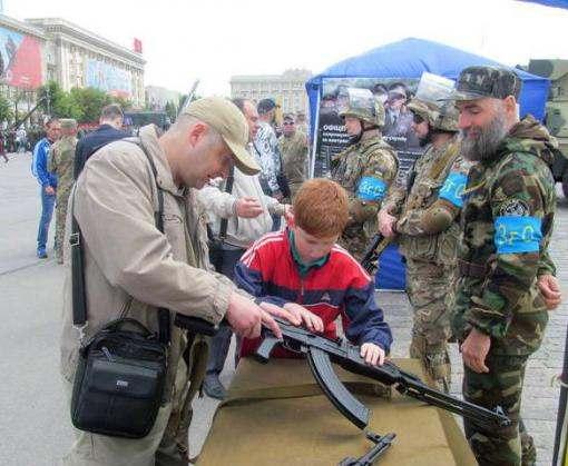 На выходных харьковчан зазывали в армию