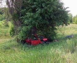 ДТП на харьковской окружной: автомобиль вылетел с дороги и застрял между деревьями