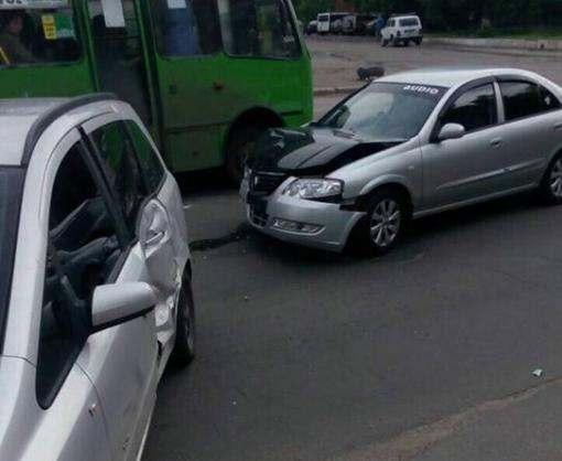 ДТП в Харькове: машина перевернулась после столкновения, двое пострадавших