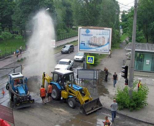 В Харькове возле железнодорожной академии прорвало водопровод: фото-факты