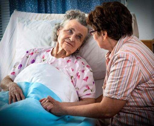 Соцработники и волонтеры помогают лежачим больным