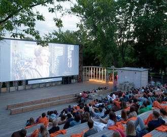 В парке Горького работает летний кинотеатр