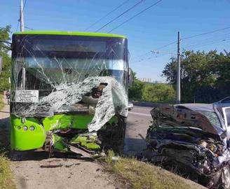 На Алексеевке «Опель» врезался в троллейбус