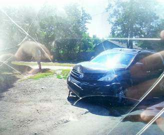 В Харькове Nissan протаранил гараж с Toyota