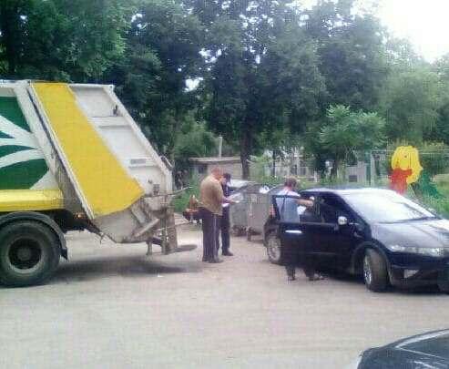 ДТП в Харькове: мусоровоз въехал в легковую машину