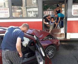 ДТП в Харькове: автомобиль въехал в дверь трамвая (фото)