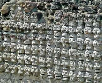 В Мехико раскопали ацтекскую башню из черепов