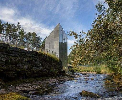 В Норвегии построили общественный туалет с панорамным видом на водопад