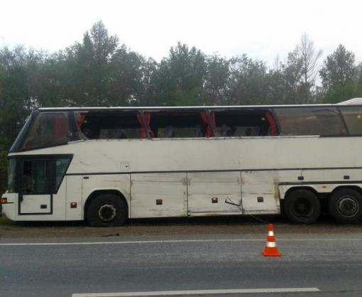 Пассажирский автобус врезался в автомобиль с волонтерами