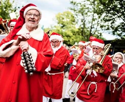 Санта-Клаусы со всего мира приехали в Данию поразвлечься