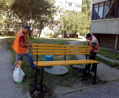 Заключенные устанавливают скамейки во дворах