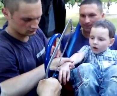 В Харькове семилетний ребенок застрял в качелях: фото, видео-факты