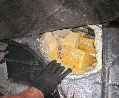 Сыр в тайнике и предмет старины: «улов» харьковских таможенников (фото)