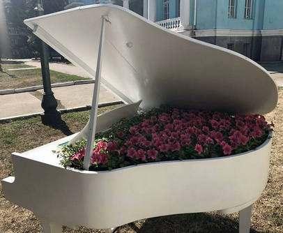 Рояль в цветах: в центре Харькова появился новый арт-объект (фото)