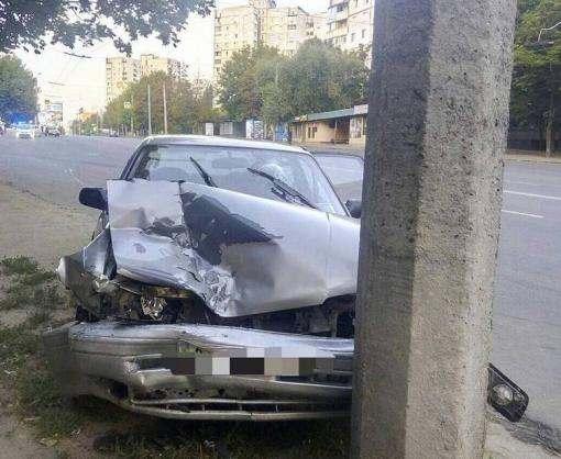 ДТП в Харькове: пьяный водитель врезался в столб