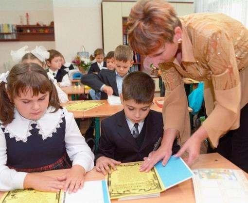 Кабмин планирует повысить зарплаты учителей на четверть