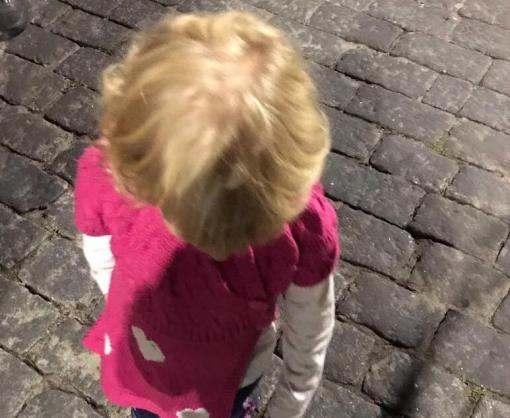 В Харькове на людной площади потерялась двухлетняя девочка