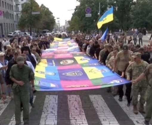 В Харькове развернули флаг единства: видео-факт