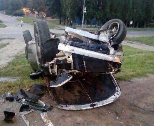 ДТП в Харькове: на Луи Пастера перевернулся внедорожник