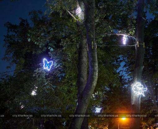 В саду Шевченко появилась светящаяся инсталляция