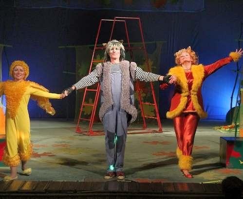 В фойе харьковского театра зрителей встречают хищные звери