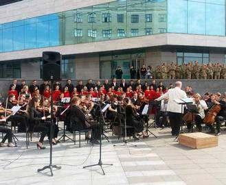 В Харькове посреди улицы выступили оркестр и хор