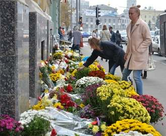Харьковчане продолжают приносить цветы к месту смертельной аварии на Сумской