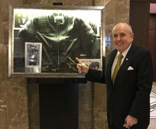 Знаменитый экс-мэр Нью-Йорка сфотографировался в Харькове с курткой Терминатора