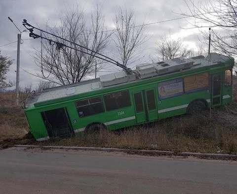 В Харькове троллейбус укатился в яр