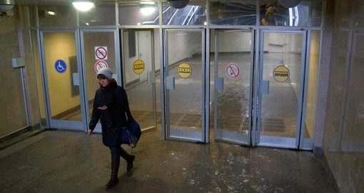 Харьковчане просят заменить двери в метро