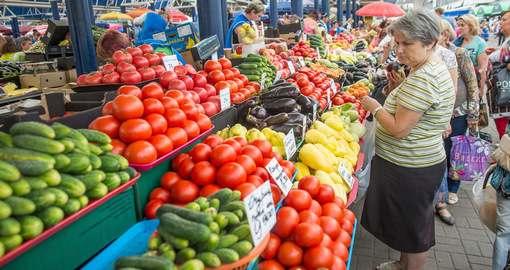 Торговцы овощами переписывают ценники