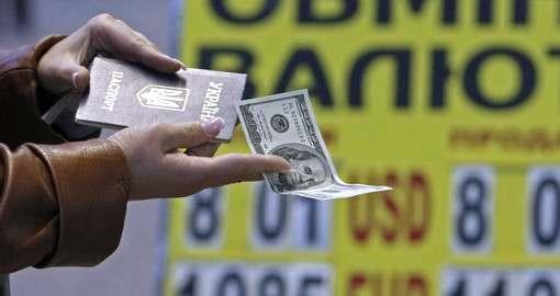 Украинцы избавляются от долларов