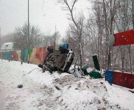 ДТП в Харькове: Subaru снес забор