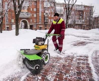 Дворы Харькова расчищают от снега около двух тысяч клинеров
