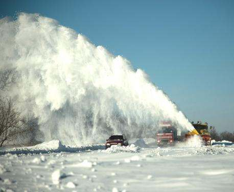 Под Харьковом снег чистят танками: фото-видео