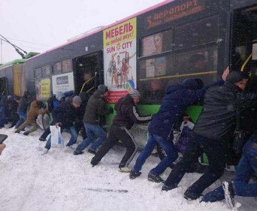 В Харькове пассажиры толкали троллейбус: видео-факт