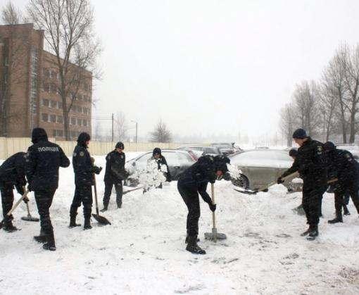В Харькове к расчистке улиц привлекли курсантов