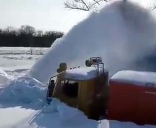 Как в Харьковской области снег расчищают: видео