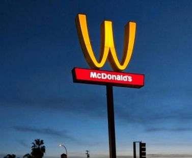 McDonald's в честь 8 Марта изменил логотип