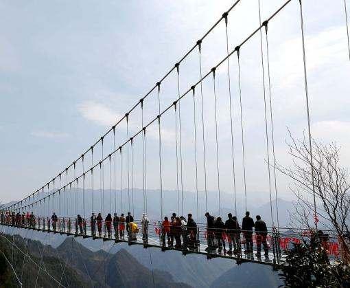 Китайцы открыли самый высокий стеклянный мост в стране